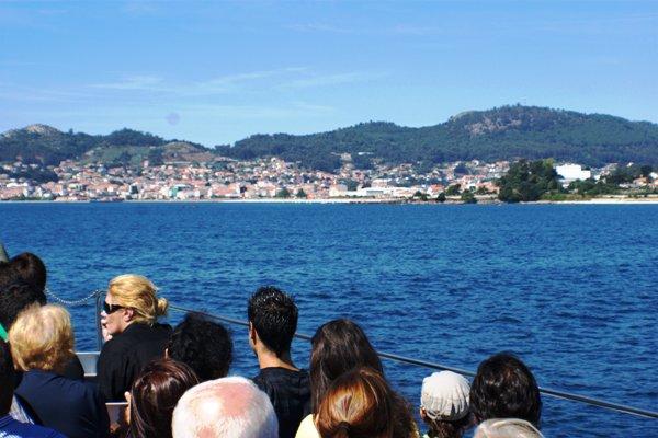Barco Vigo Cangas y Arroaces saltando