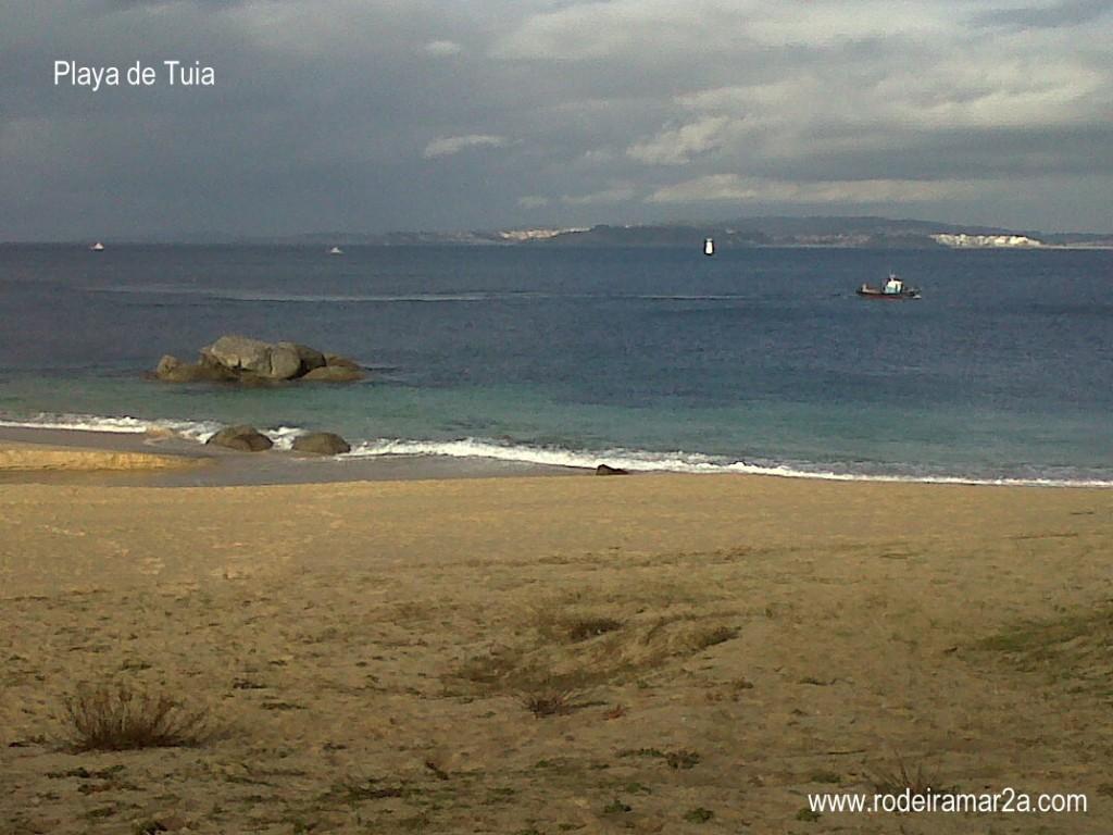 Barcos pasando a Bueu. Vista desde la playa de Tuia (playa de Tulla)