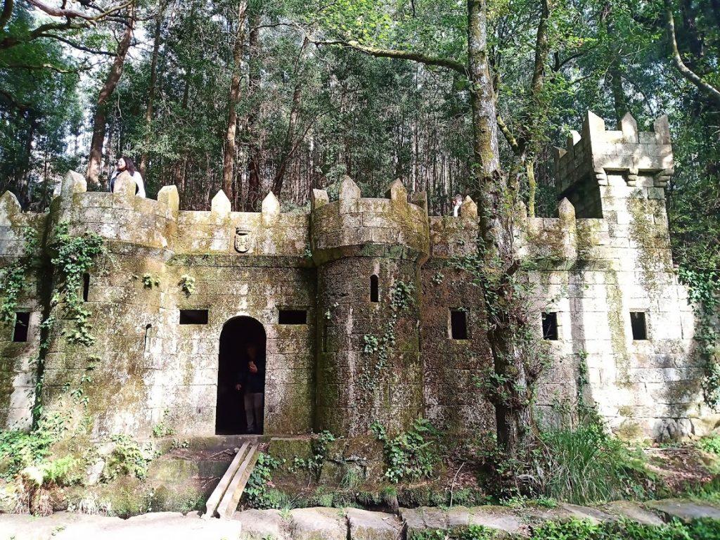 Castillo de piedra para niños en el bosque encantado de Aldan. Ruta a pie. Hotel Apartamentos Rodeiramar 1024x768 - Ruta a pie por Aldán: Bosque encantado, ruta de los molinos y Muelle de Aldán